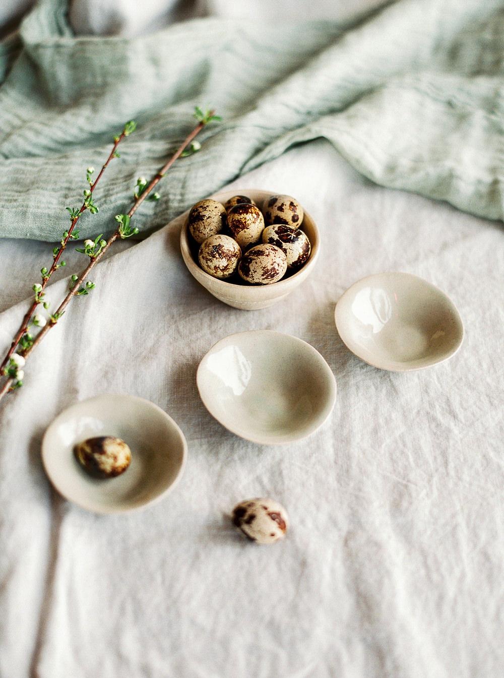 Quails eggs in miniature bowls