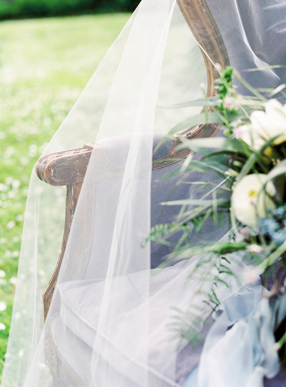 Armchair with veil and bouquet