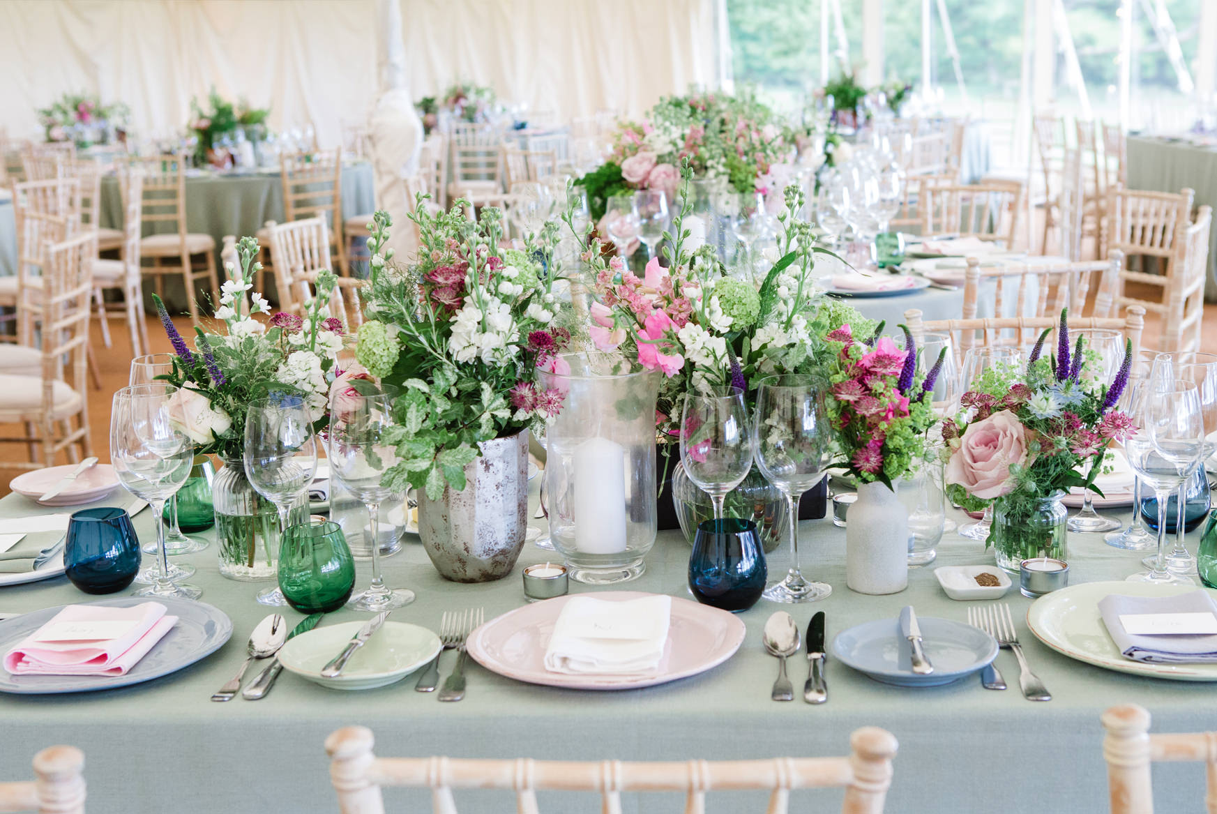 Pastel tabslescape, marquee wedding