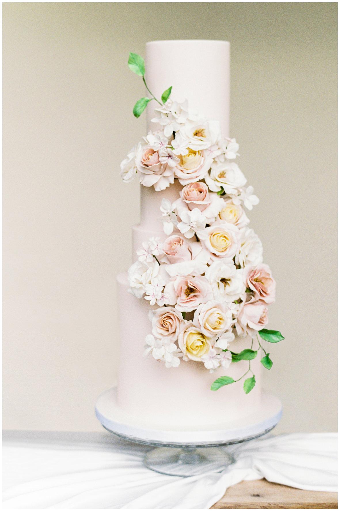 Barnsley House wedding with Mon Annie cakes